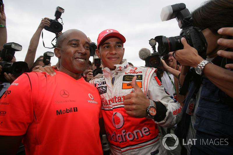 Ganador Lewis Hamilton, McLaren MP4-22 celebra con su padtre Anthony
