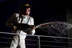Nico Rosberg, de Mercedes AMG F1 ganador de la carrera celebra en el podio