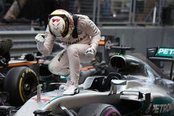 Le vainqueur Lewis Hamilton, Mercedes AMG F1 W07 Hybrid, fête sa victoire dans le parc fermé