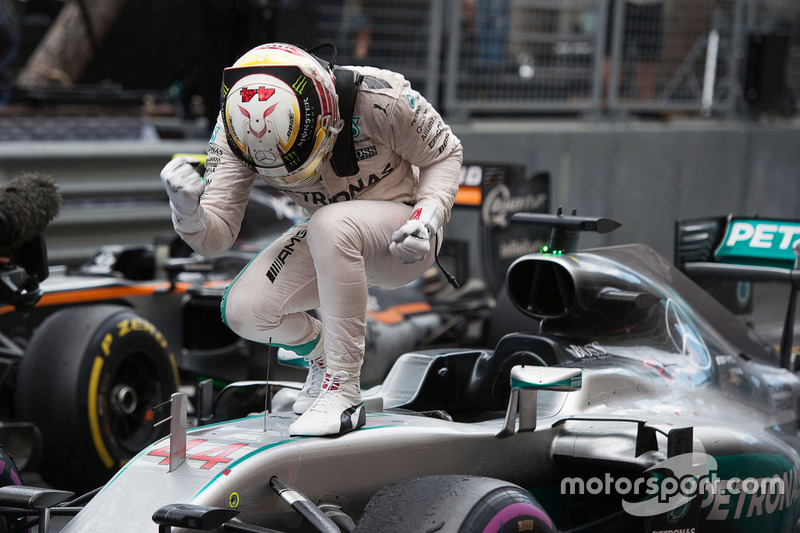 Ganador de la carrera Lewis Hamilton, Mercedes AMG F1 W07 Hybrid celebra en parc ferme