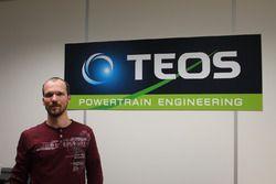 Pierre-Julien Hubert, responsabile tecnico, in posa davanti al logo TEOS Engineering