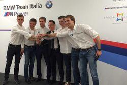 Die Fahrer von ROAL Motorsport mit Teamchef Roberto Ravaglia