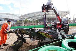 Der McLaren MP4-31 von Fernando Alonso, McLaren, wird aus dem Kiesbett enfernt nach seinem Crash