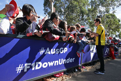 Jolyon Palmer, Renault Sport F1 Team, schreibt Autogramme für die Fans