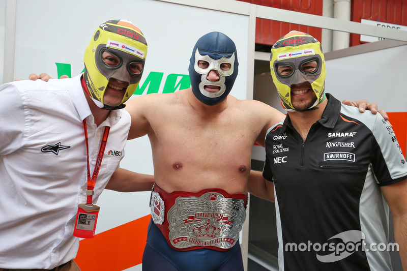 1. Will Buxton, NBC Sports Network TV con Blue Demon Jr. luchador y Sergio Perez, Sahara Force India F1
