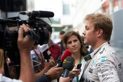 Nico Rosberg, Mercedes AMG F1 habla con miembros de los medios de comunicación