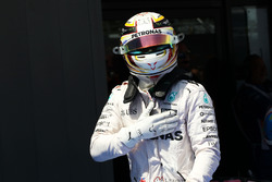 Lewis Hamilton, Mercedes AMG F1, fête sa pole position dans le parc fermé