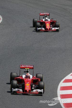 Kimi Raikkonen, Ferrari SF16-H, précède son équipier Sebastian Vettel, Ferrari SF16-H, lors du tour de formation