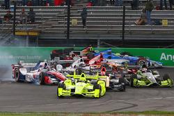 Start: Simon Pagenaud, Team Penske Chevrolet, führt, während Sébastien Bourdais, KV Racing Technology Chevrolet, und Tony Kanaan, Chip Ganassi Racing Chevrolet, crashen
