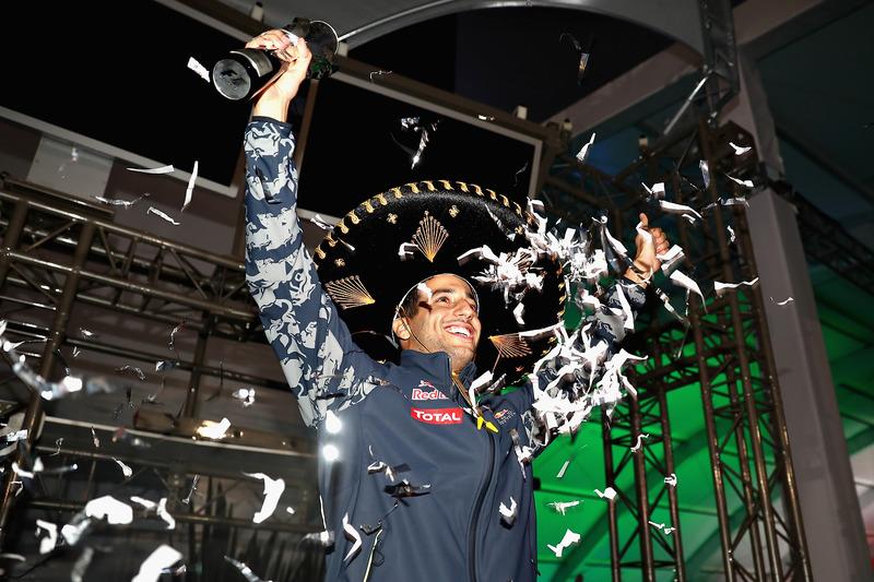 Daniel Ricciardo con el trofeo de tercer clasificado y confetis