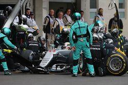 Boxenstopp: Lewis Hamilton, Mercedes AMG F1 W07 Hybrid