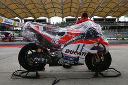 La moto di Andrea Dovizioso, Ducati Team con la copertura per la pioggia