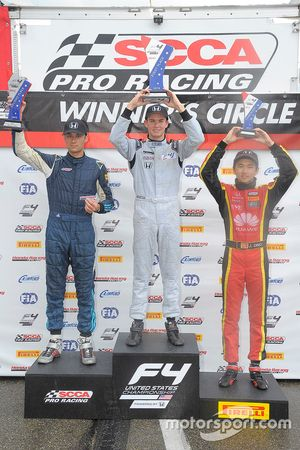 Podium: ganador, Kyle Kirkwood, segundo, Skylar Robinson, tercero, Jackie Ding
