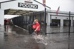 Юный болельщик бежит по лужам в паддоке Pocono Raceway