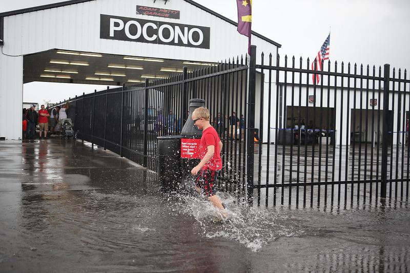 Un jeune fan dans le paddock inondé du Pocono Raceway