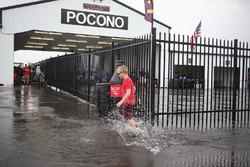 مُشجع صغير يلعب بمياه الأمطار