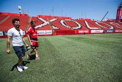 Sergio Pérez juega futbol