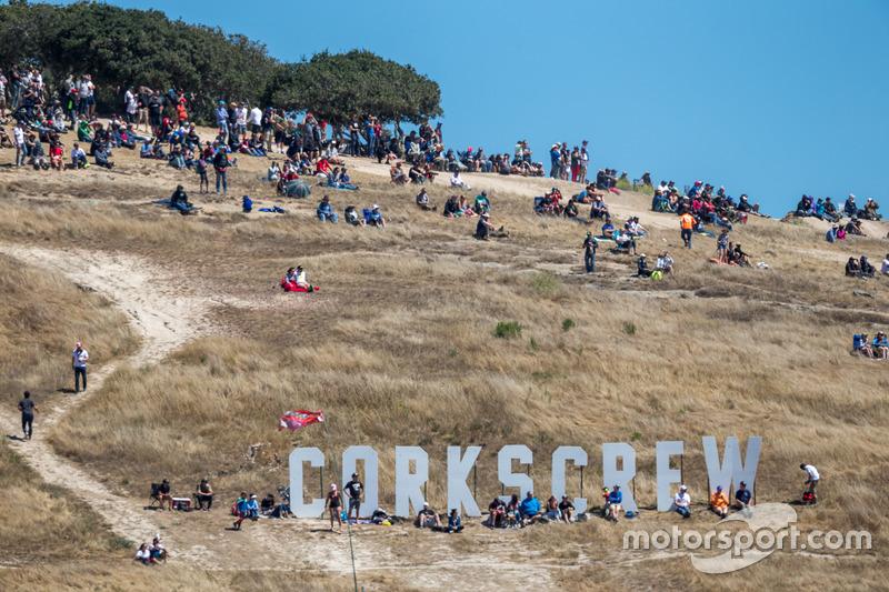 Des spectateurs assistent à la course, à Laguna Seca