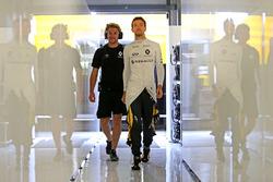 Jolyon Palmer, Renault Sport F1 Team mit Jack Clarke, Gahrer und Physio
