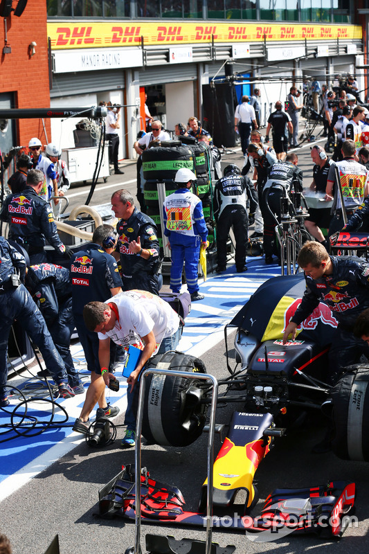 La Red Bull Racing RB12 di Daniel Ricciardo, ai box mentre la gara è sospesa