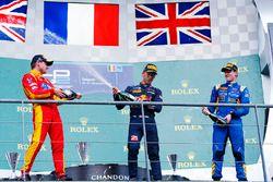Podio: ganador Pierre Gasley, PREMA Racing, segundo lugar Jordan King, Racing Engineering, y el terc