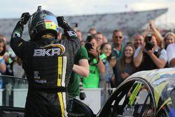 Ganador de la carrera Aron Smith, BKR