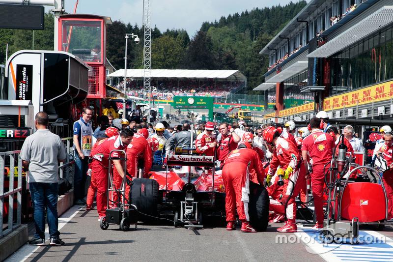 Sebastian Vettel, Ferrari SF16-H ai box mentre la gara è sospesa