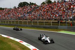 Felipe Massa, Williams FW38 Mercedes, devant Fernando Alonso, McLaren MP4-31 Honda