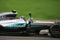 Yarış galibi Nico Rosberg, Mercedes AMG F1 W07 Hybrid galibiyetini kutluyor
