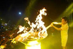 Rafael Suzuki acende Pira Olímpica