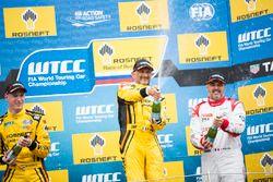 Podio: il vincitore della gara Gabriele Tarquini, LADA Sport Rosneft, Lada Vesta
