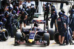 Daniil Kvyat, Scuderia Toro Rosso STR11 practica una parada en boxes