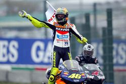 Победитель гонки Валентино Росси