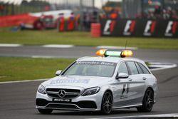 Marcus Ericsson, Sauber C35, évacué dans la voiture médicale de la FIA après son accident en EL3