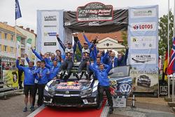 Переможці Андреас Міккельсен, Андерс Ягер, Volkswagen Polo WRC, Volkswagen Motorsport разом з команд