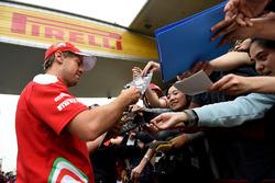 Sebastian Vettel, Ferrari signe des autographes pour des fans