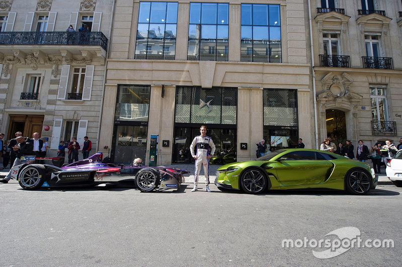 Jean-Eric Vergne frente al edificio de la marca DS