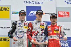 Podium des rookies : le deuxième, Joel Eriksson, Motopark Dallara F312 – Volkswagen;le vainqueur Ben Barnicoat, HitechGP Dallara F312 – Mercedes-Benz; le troisième, Guanyu Zhou, Motopark Dallara F312 – Volkswagen