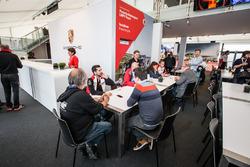 Pilotos del equipo Porsche cumplir los medios de comunicación