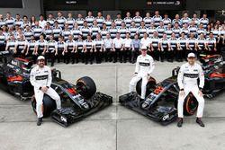 Gruppenfoto: Fernando Alonso, Stoffel Vandoorne und Jenson Button mit den McLaren MP4-31 Honda und d