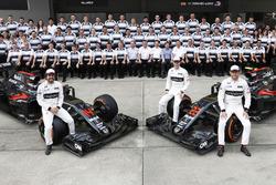 Una foto de grupo del equipo. Stoffel Vandoorne, Fernando Alonso y Jenson posan con McLaren MP4-31 H