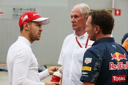 (De izquierda a derecha): El piloto de Ferrari, Sebastian Vettel, con Dr Helmut Marko, asesor de Red Bull y el El director de Red Bull, Christian Horner