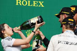 Victoria Vowles, Mercedes AMG F1 Partner Services Director viert op het podium