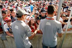 Rio Haryanto, Manor Racing, und Pascal Wehrlein, Manor Racing, geben Autogramme