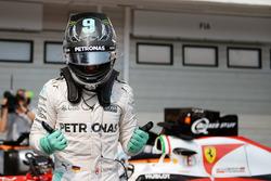 Nico Rosberg, Mercedes AMG F1 fête sa pole position dans le parc fermé
