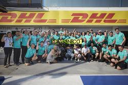 Le vainqueur Lewis Hamilton, Mercedes AMG F1 Team, le deuxième, Nico Rosberg, Mercedes AMG F1 Team fêtent le doublé avec l'équipe