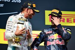 Ganador de la carrera Lewis Hamilton, Mercedes AMG F1 celebra en el podio con el tercer puesto Danie