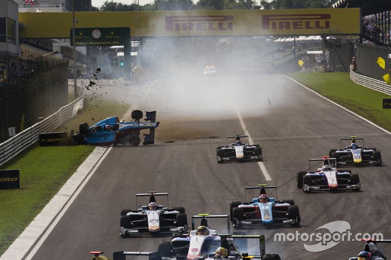 Akash Nandy, Jenzer Motorsport, choca en la recta principal