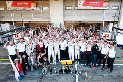 Les vainqueurs #1 Porsche Team Porsche 919 Hybrid: Timo Bernhard, Mark Webber, Brendon Hartley avec le reste de l'équipe Porsche