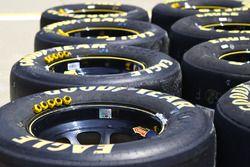 Des pneus Goodyear et des écrous de roue